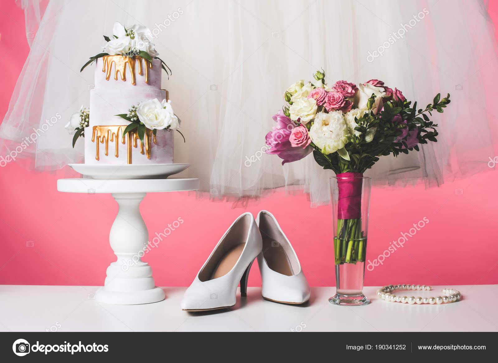 Pastel Boda Soporte Torta Con Vestido Blanco Ramo Aislado Rosa ...