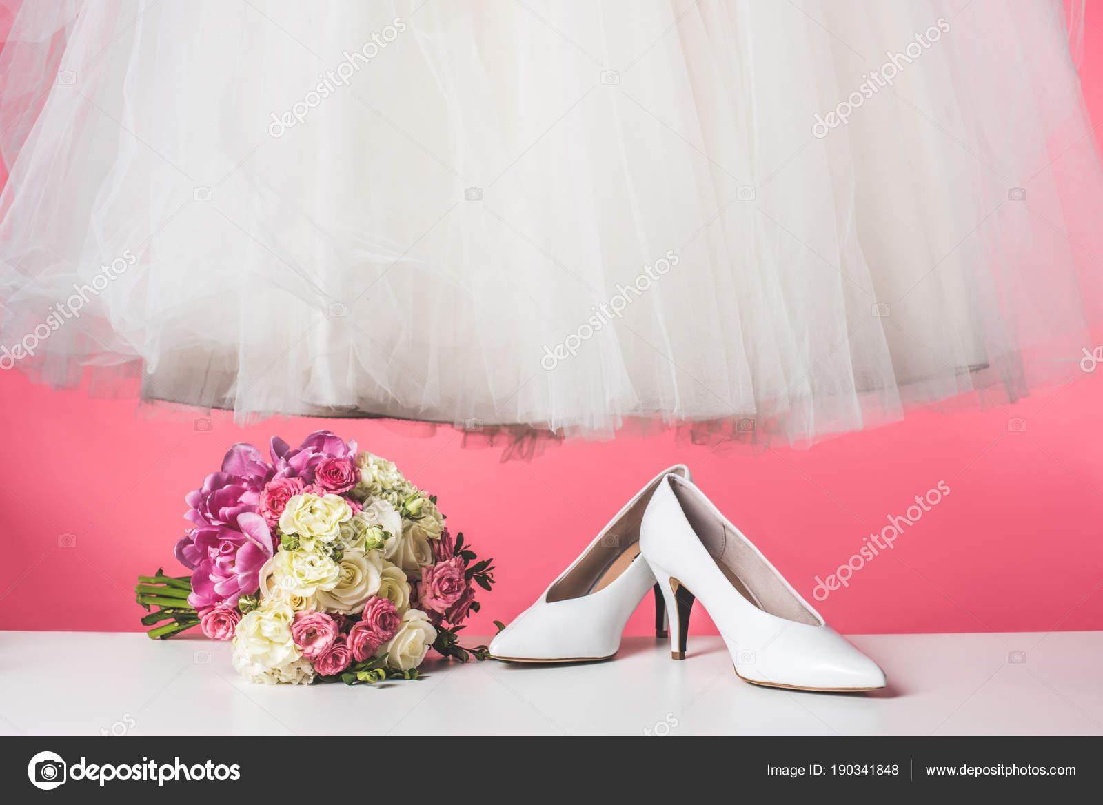 Par Zapatos Ramo Novia Vestido Blanco Aislado Rosa — Foto de stock ...