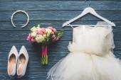 felülnézet csokor esküvői és ruha a fa sötét kék asztali