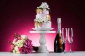 Svatební kytice, dort a šampaňské na růžové
