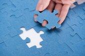 oříznutý obraz podnikatelka vkládání poslední chybějící puzzle, obchodní koncept