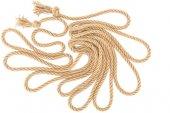 pohled shora uspořádány hnědé námořní lana s uzly izolované na bílém