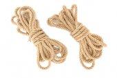 pohled shora uspořádány vázané námořní lana izolované na bílém