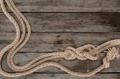 lay flat con corde marine con i nodi sul ripiano del tavolo in legno di grunge