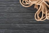 Fényképek felülnézet barna kötelet a sötét fa felülettel