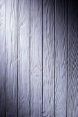 Dřevěná prkna v fialové pozadí