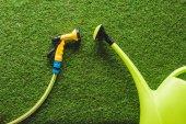 pohled shora konev a připevněním na trávě, minimalistické pojetí