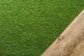 pohled shora zelený trávník a dřevěné prkno zázemí