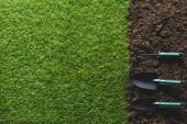 pohled shora uspořádány zahradnické nástroje a trávy na půdě