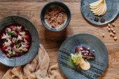 Fotografie pohled shora gurmán čerstvých jídel na dřevěný stůl