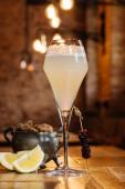 Fotografie Detailní pohled skla s francouzským 75 koktejl na dřevěný stůl