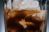 Fényképek zár megjelöl kilátás a pohárba jeget hideg kávé