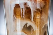 Fényképek zár megjelöl kilátás a tejes pohár hideg jeges kávé