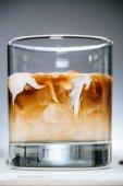 Fényképek zár megjelöl kilátás a tejes pohár hideg jeges kávé a szürke háttér