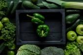 Fotografie pohled shora zelené papriky v dřevěné krabičce mezi zeleninu, zdravé stravovací koncept