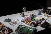 Obvodové desky a technických zařízení na stole