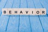 Fotografie zblízka pohled na chování aplikace word z dřevěných bloků na modrou desku