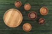 Photo top view of different types of wooden round cutting boards on table