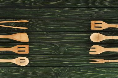 top view of wooden kitchen utensils placed in two rows