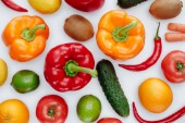 zblízka chutné zeleniny a ovoce, izolované na bílém