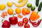 színes érett zöldség és gyümölcs elszigetelt fehér felülnézet