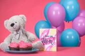 Fotografia orsacchiotto con cupcakes e cartolina con testo io amore tu mamma, concetto di giorno di madri