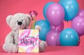 Fotografia orsacchiotto con tulipano rosa e cartolina con testo io amore tu mamma, concetto di giorno di madri