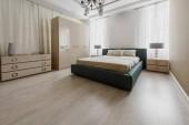 Velkou postel v moderní zrekonstruované ložnice