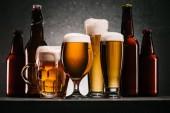 zár megjelöl kilátás palackok és bögre sört a bevezetésekor a szürke háttér