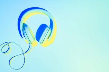 kulaklık mavi zemin üzerine mavi tonda resim