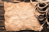 pohled shora navigační kompas a lana na prázdné zmačkaný papír