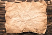 pohled shora z prázdného zmačkaný papír na rustikální dřevěný povrch