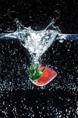 pohled z čerstvé jahody ve vodě izolována na černém pozadí na plochu
