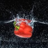 zár megjelöl kilátás érett piros kaliforniai paprika, elszigetelt fekete vízben