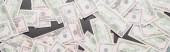 pohled shora na roztroušené dolarové bankovky na černém pozadí, panoramatický záběr