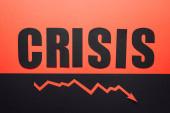 Draufsicht des Wortes Krise und Rezessionspfeil auf schwarzem und rotem Hintergrund horizontal geteilt