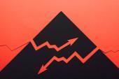 felső nézet a papír korcs recesszió és növeli nyilak fekete-piros háttér