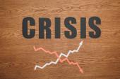 felső nézet fekete papír vágott szó válság közelében növelése és recesszió nyilak fa íróasztal