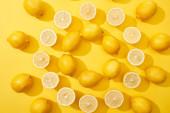 felső nézet érett vágott és egész citrom rendezett kerek keretben sárga háttér