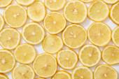 felső nézet érett friss sárga citrom szeletek minta fehér háttér