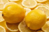 érett friss sárga citrom szeleteken