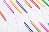 színes filctollak fehér alapon összekapcsolt vonalakkal, csatlakozással és kommunikációs koncepcióval