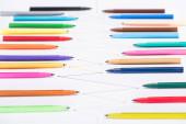 a színes filctollak szelektív fókusza a fehér háttérre, összekapcsolt vonalakkal, kapcsolódási és kommunikációs koncepcióval