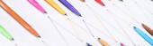 panoráma felvétel színes filctollakról fehér alapon, összekötött vonalakkal, kapcsolat és kommunikáció koncepcióval
