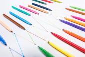 színes filctollak fehér alapon összekapcsolt vonalakkal, kapcsolódási és kommunikációs koncepcióval