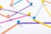 sokszínű, absztrakt, összekötött vonalak tűkkel, csatlakozással és kommunikációs koncepcióval