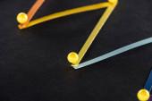vícebarevné abstraktní spojené čáry s kolíky na černém pozadí, koncept připojení a komunikace