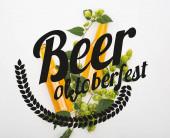 Fotografie shora pohled na pivo v lahvích se zeleným chmelem na bílém pozadí s pivem Oktoberfest ilustrace