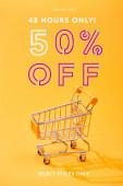 üres kis bevásárlókosár élénk narancssárga háttérrel, 48 órával csak 50% kedvezménnyel illusztrálva