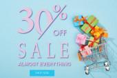 top view ünnepi csomagolt ajándékok bevásárlókosárba kék háttér 30 százalékos kedvezmény eladó illusztráció